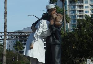 Sailor and nurse statue in Sarasota