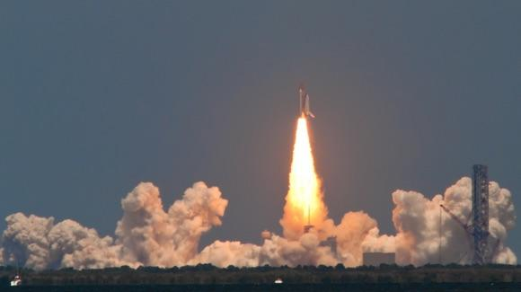 Space Shuttle launch [© CC BY-NC 2.0 Damian Manda https://www.flickr.com/photos/thedamian/]