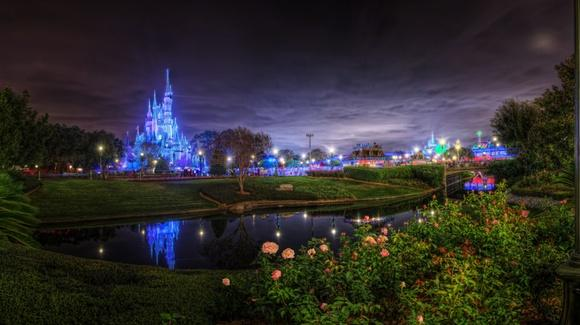 Magic Kingdom at night [© CC BY-NC-SA 2.0 Brandon Watts, https://www.flickr.com/photos/wattsbw2004]