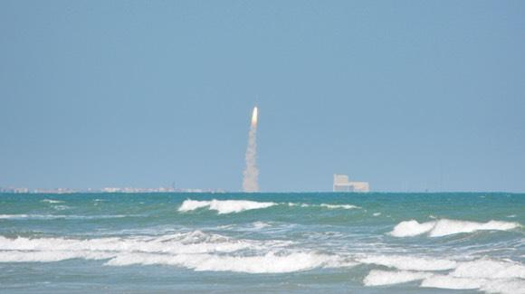 Atlas V launch viewed from Hanger Beach [© 2020, floridareview.co.uk, all rights reserved]