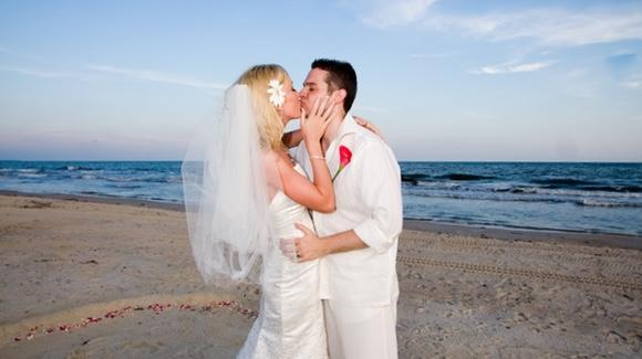 Florida Beach Wedding [© CC BY-NC-ND 2.0 Amy Jett, https://www.flickr.com/photos/jettingaround/]