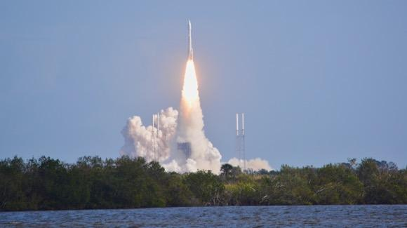 Atlas V launch viewed from the Apollo Saturn V Center viewing area [© 2019, floridareview.co.uk, all rights reserved]