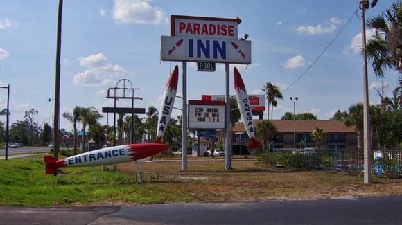 Old style Paradise Inn motel on US Highway 192